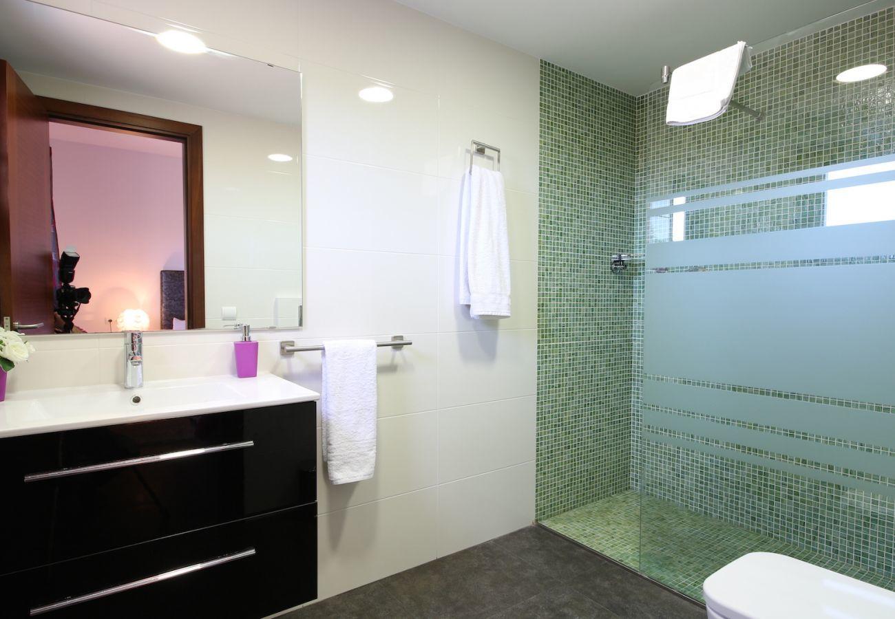4 habitaciones dobles, 3 baños (2 en suite), gran piscina privada, zona de barbacoa, parque infantil, gratis Wifi Internet