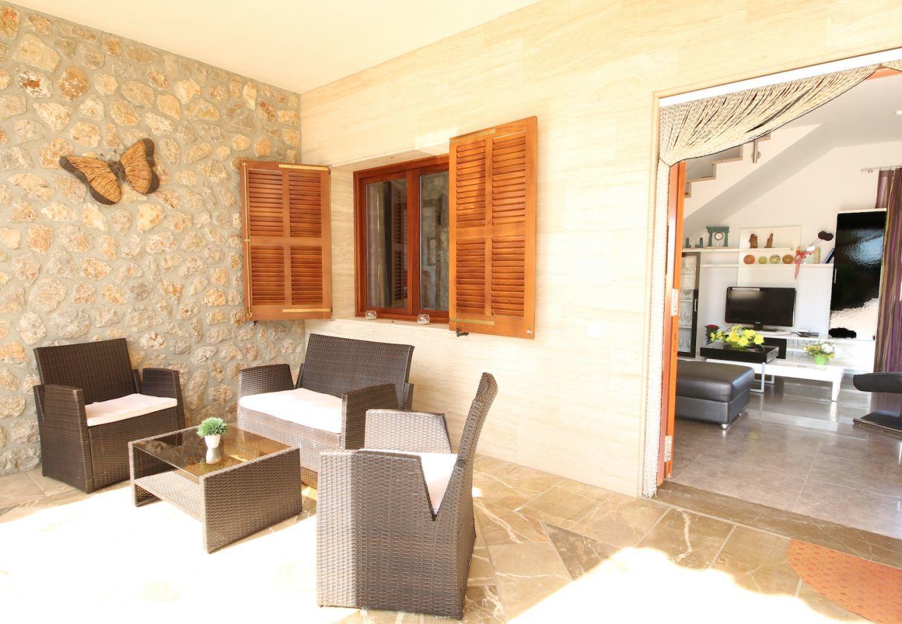 4 habitaciones dobles, 3 baños (2 en suite), gran piscina privada, zona de barbacoa, parque infantil, gratis Wifi Internet.
