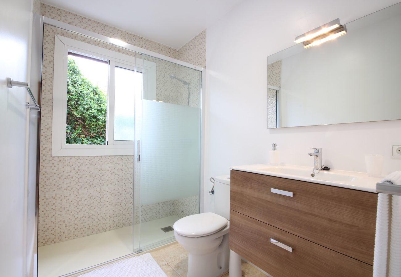 2 dormitorios dobles, 1 baño, cocina totalmente equipada, AC, internet wifi gratuito, a sólo 25 metros de la playa.
