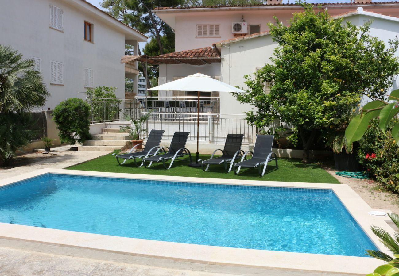 4 habitaciones dobles, 2 baños, piscina (vallada), jardín con barbacoa, aire acondicionado, gratis Wifi-internet.