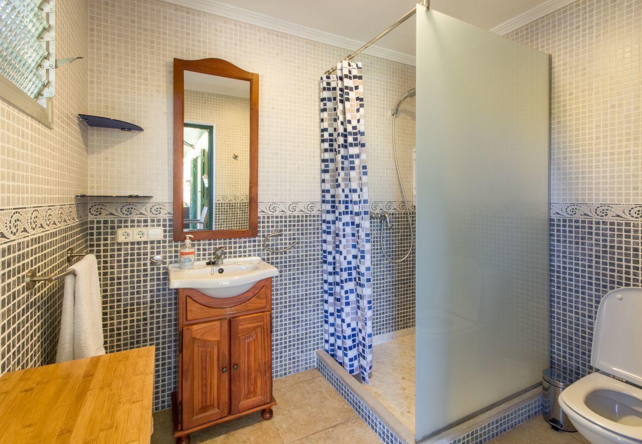 3 habitaciones dobles, 2 baños, aire acondicionado, Wifi-Internet gratuito, muy cerca de Playas de Muro/Can Picafort