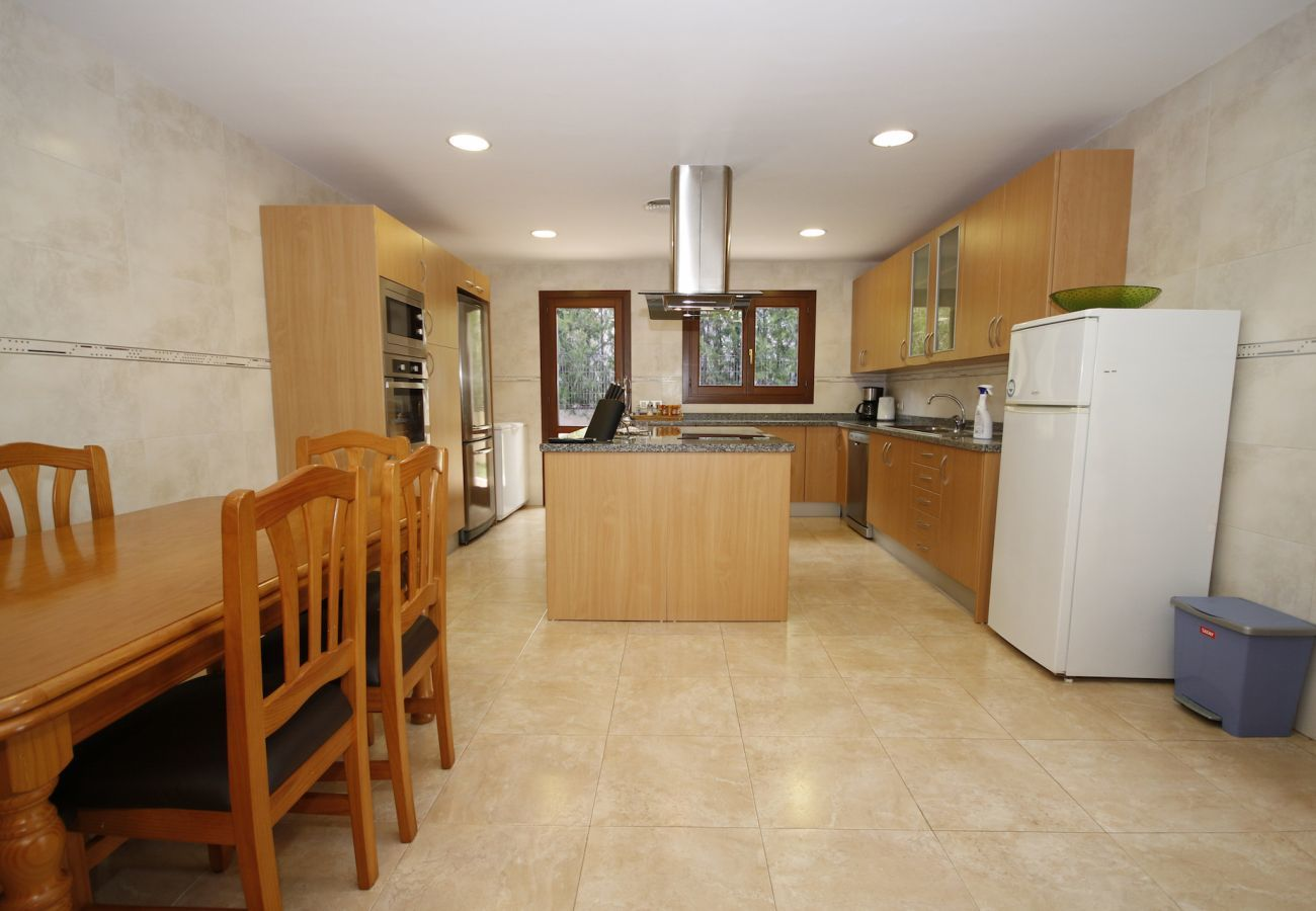 Villa con vistas a la montaña, jardín y piscina para 8 personas en Sa Pobla, Mallorca. 4 dormitorios, perfecto para familias.