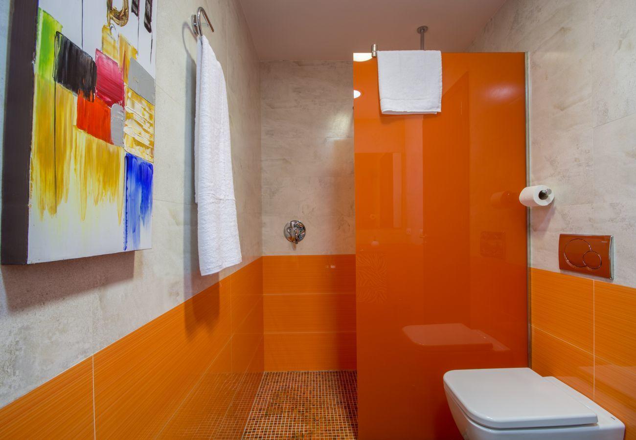 3 dormitorios dobles, 2 baños, gran piscina privada, zona de barbacoa, parque infantil, Internet wifi de alta velocidad