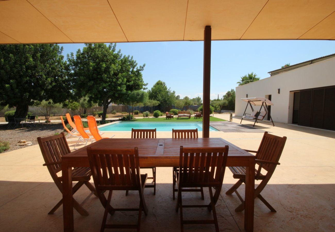 3 dormitorios dobles, 3 baños, aire acondicionada, chimenea, piscina privada, jardín, gratis wifi-internet.
