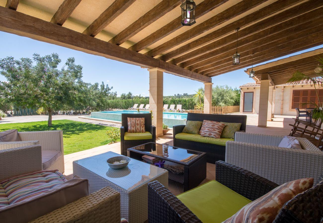 5 habitaciones dobles, 4 baños, piscina privada, jardín con mesa de ping pong, barbacoa y mucha tranquilidad.