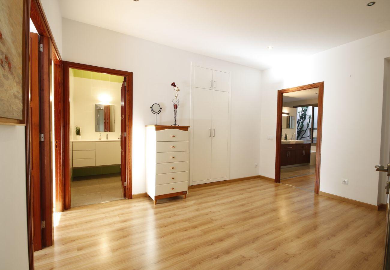 3 habitaciones dobles, 1 habitación infantil, 3 baños, WIFI, jardín con barbacoa y terraza en la azotea.