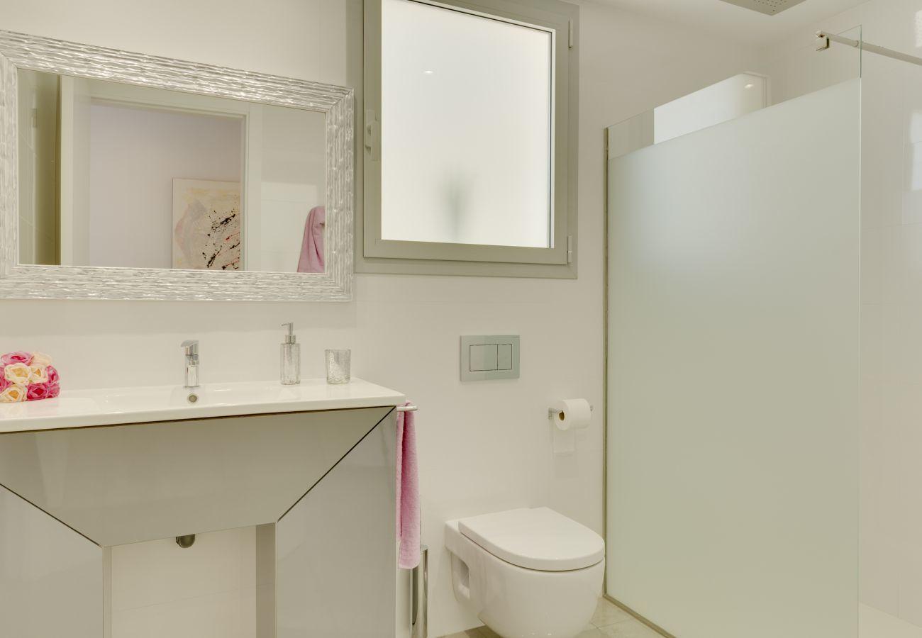 7 habitaciones dobles, 7 baños en suite, AC, wifi, bicicletas, jardín, piscina, barbacoa, campo de futbol y volley ball