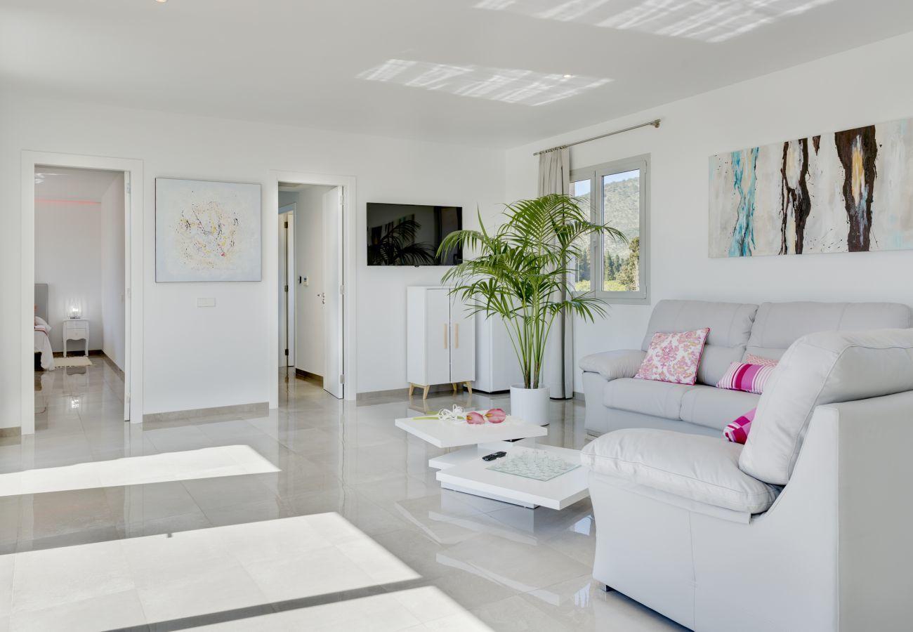 7 habitaciones dobles, 7 baños en suite, AC, wifi, bicicletas, jardín, piscina, barbacoa, campo de futbol y volley ball.