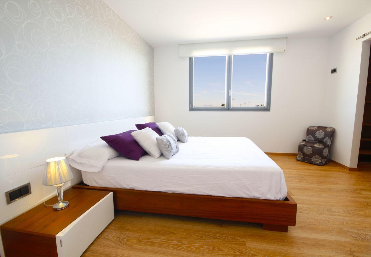 4 habitaciones dobles, 3 baños, gran piscina (vallada), jardín, Internet Wifi, aire acondicionado y sistema DOMOTIK