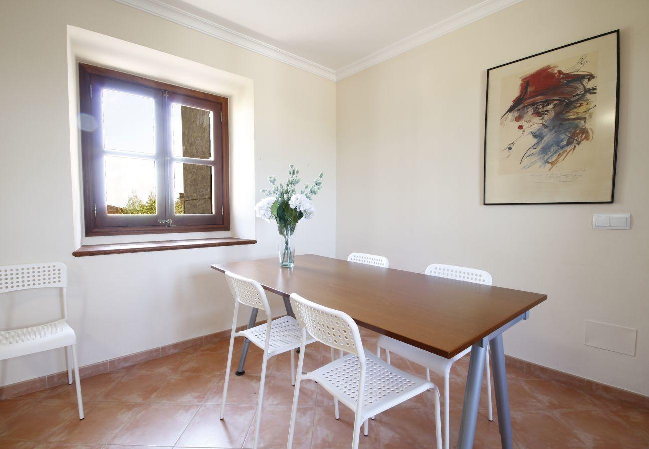 Casa con piscina para 10 personas. 5 habitaciones, 3 baños, AC, wifi, jardín con piscina a 21km de Palma.