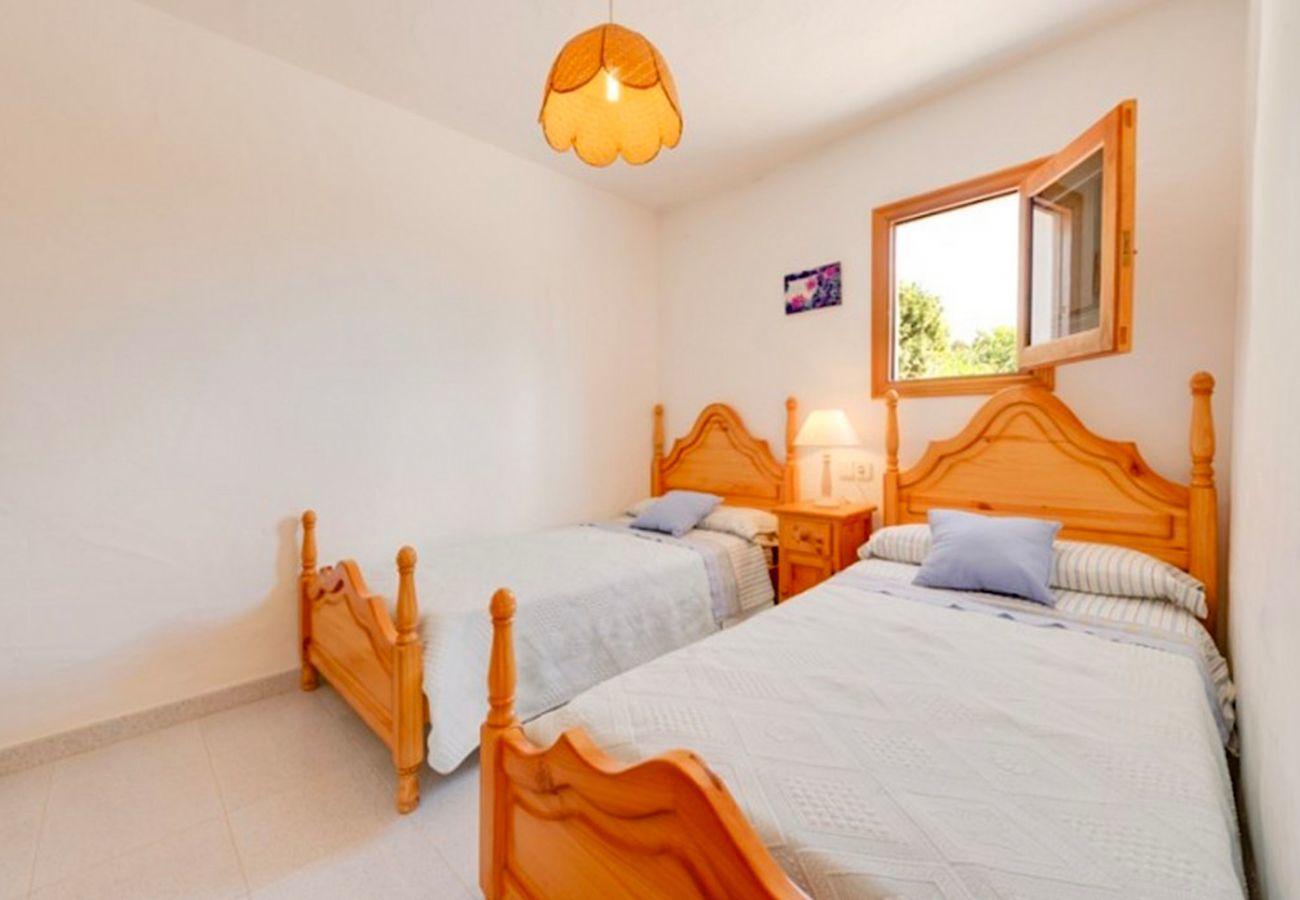 4 Dormitorios, baño, terraza, barbacoa, chimenea, plancha, acceso internet (wifi), secador, AC solo en salón, piscina privada