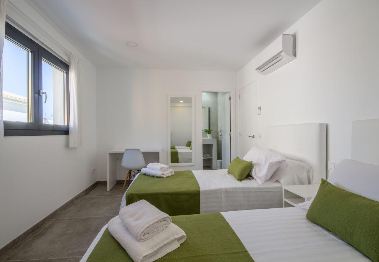 6 habitaciones dobles, 7 baños, AC, piscina, fitness, azotea con jacuzzi, sistema integrada de música/luz, bicicletas.