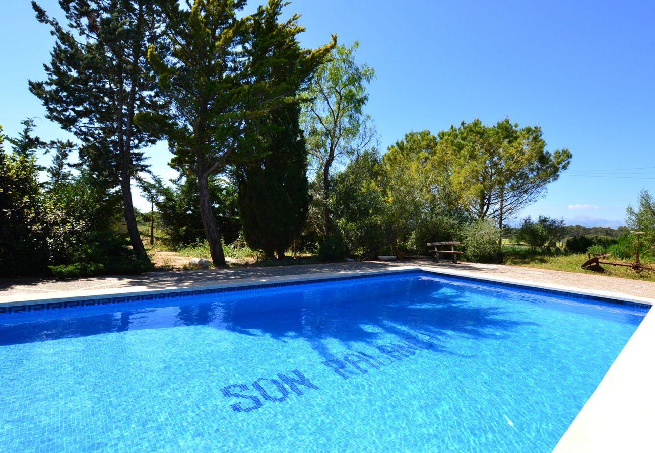 5 dormitorios dobles, 3 baños, Wifi-Internet, aire acondicionada, Bonito jardín con piscina y barbacoa.