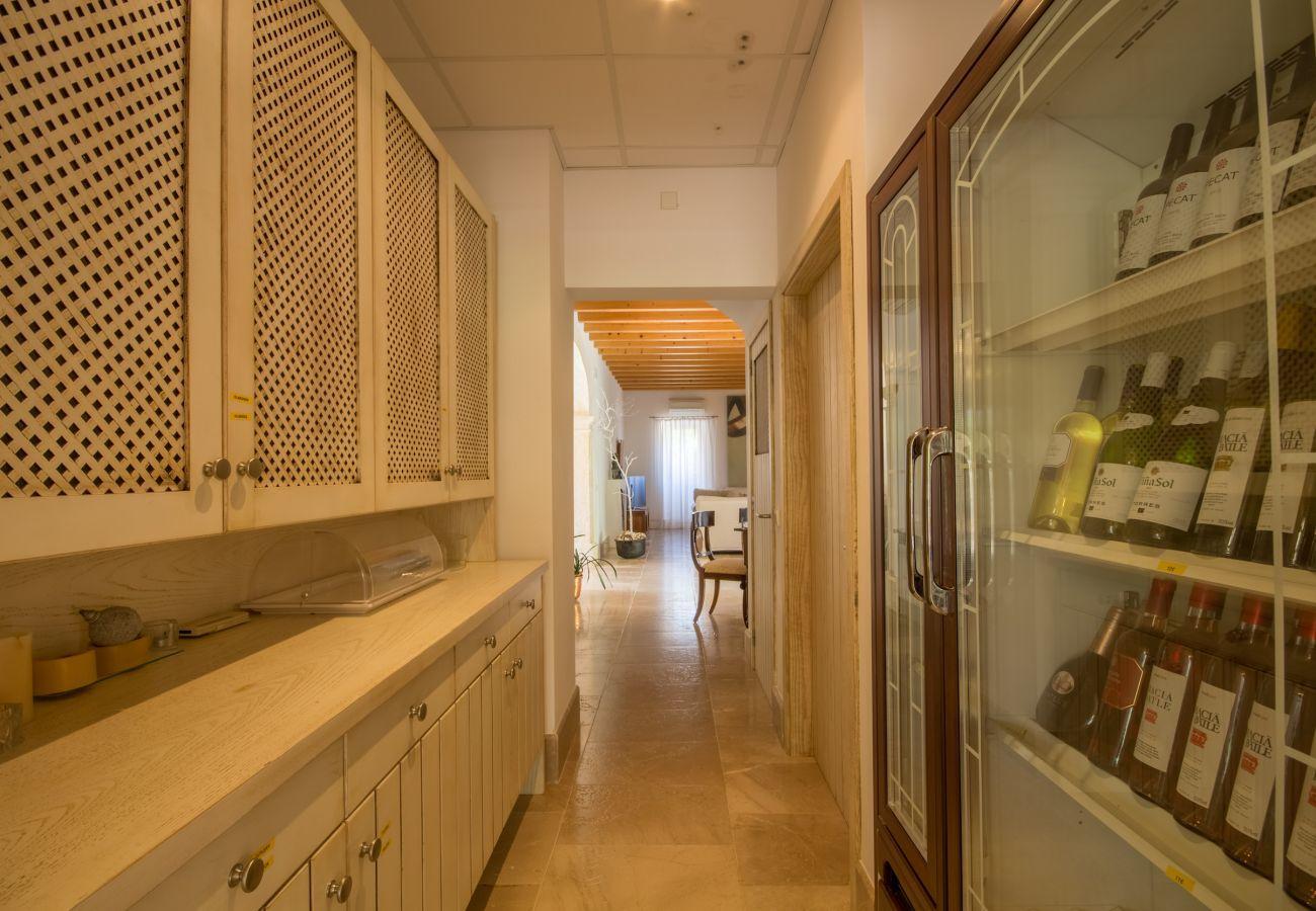8 habitaciones dobles, 8 baños en suite, 1 baño exterior, 2 baños para invitados, piscina, terrazas, jardín y bodega.