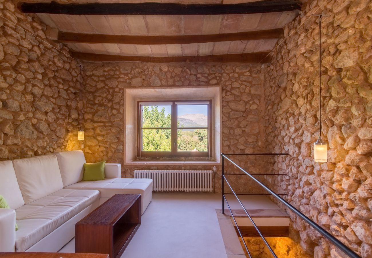 5 dormitorios dobles, camas extras, 5 baños, AC, chimenea, Wifi, jardín con piscina y zona barbacoa en la terraza