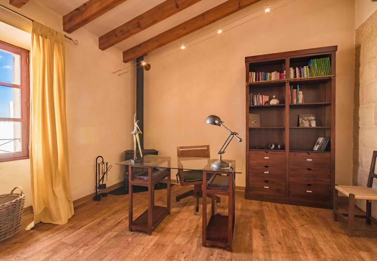 6 personas, 3 dormitorios dobles, 2 baños, 1 baño exterior, AC, wifi gratuito, piscina vallada, barbacoa y terraza amueblada.