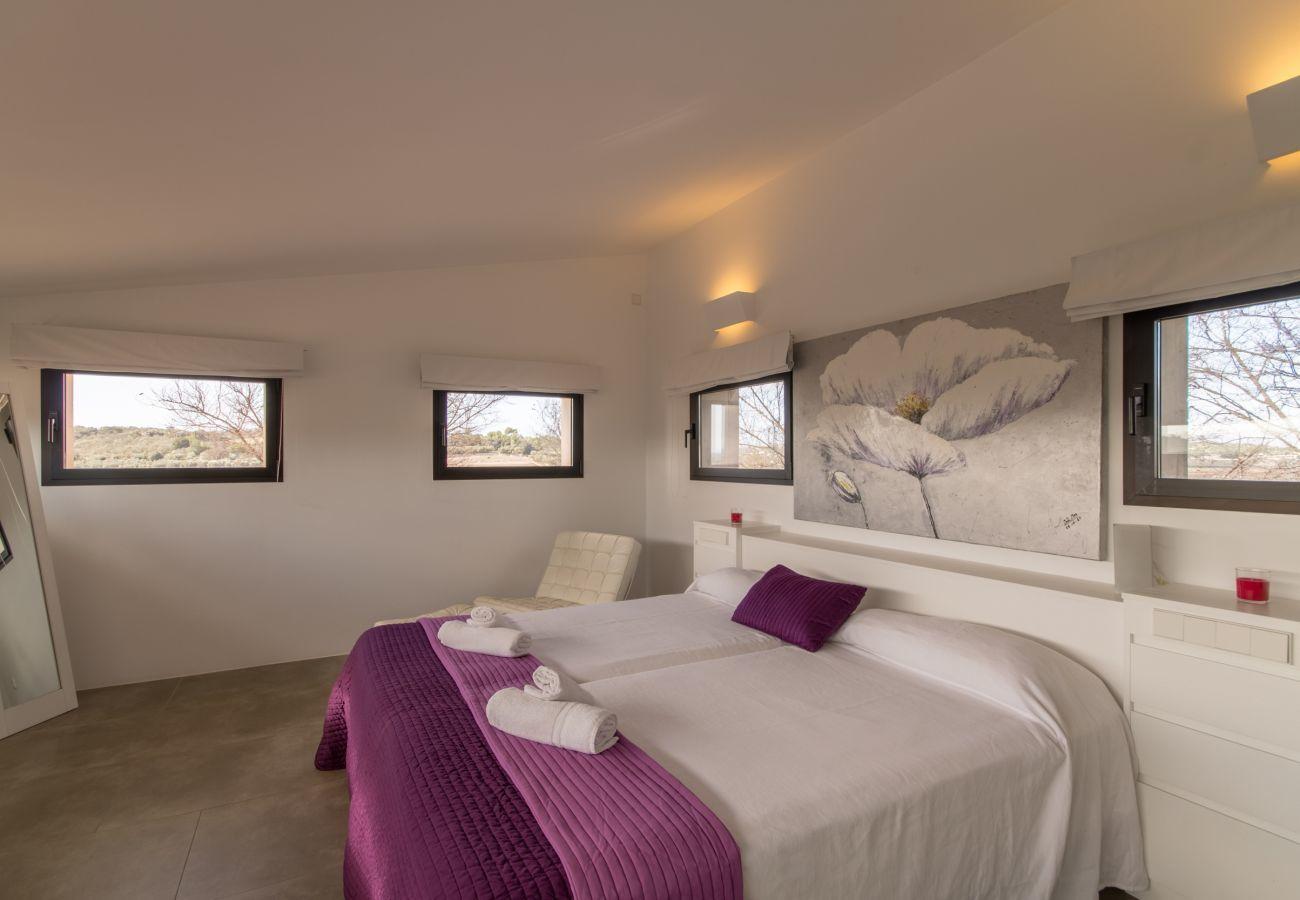 4 habitaciones dobles, 4 baños en suite, AC, WIFI gratuito, piscina con jacuzzi, ubicación entre Muro y Can Picafor