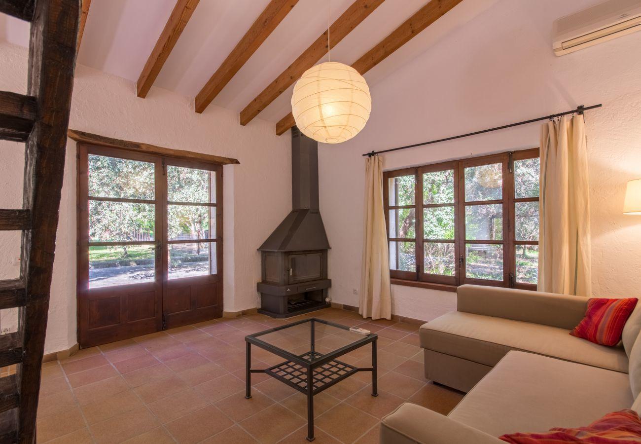 3 dormitorios dobles, 3 baños, AC, chimenea, Wi-Fi gratuito, piscina vallada, jardín con gran barbacoa.