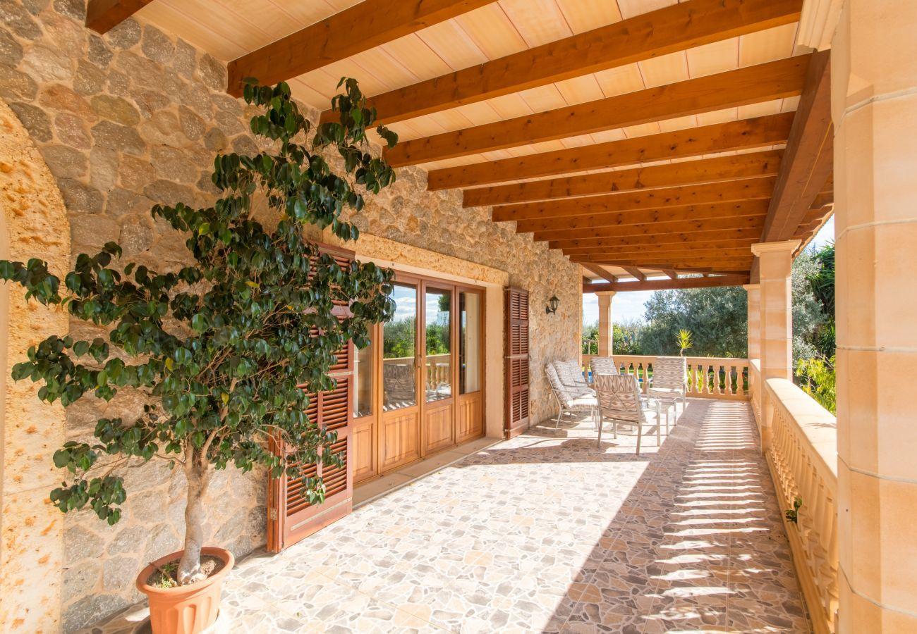 3 habitaciones dobles, 2 baños, AC, Wifi gratuito, jardín con piscina XXL, ducha exterior y caseta de barbacoa