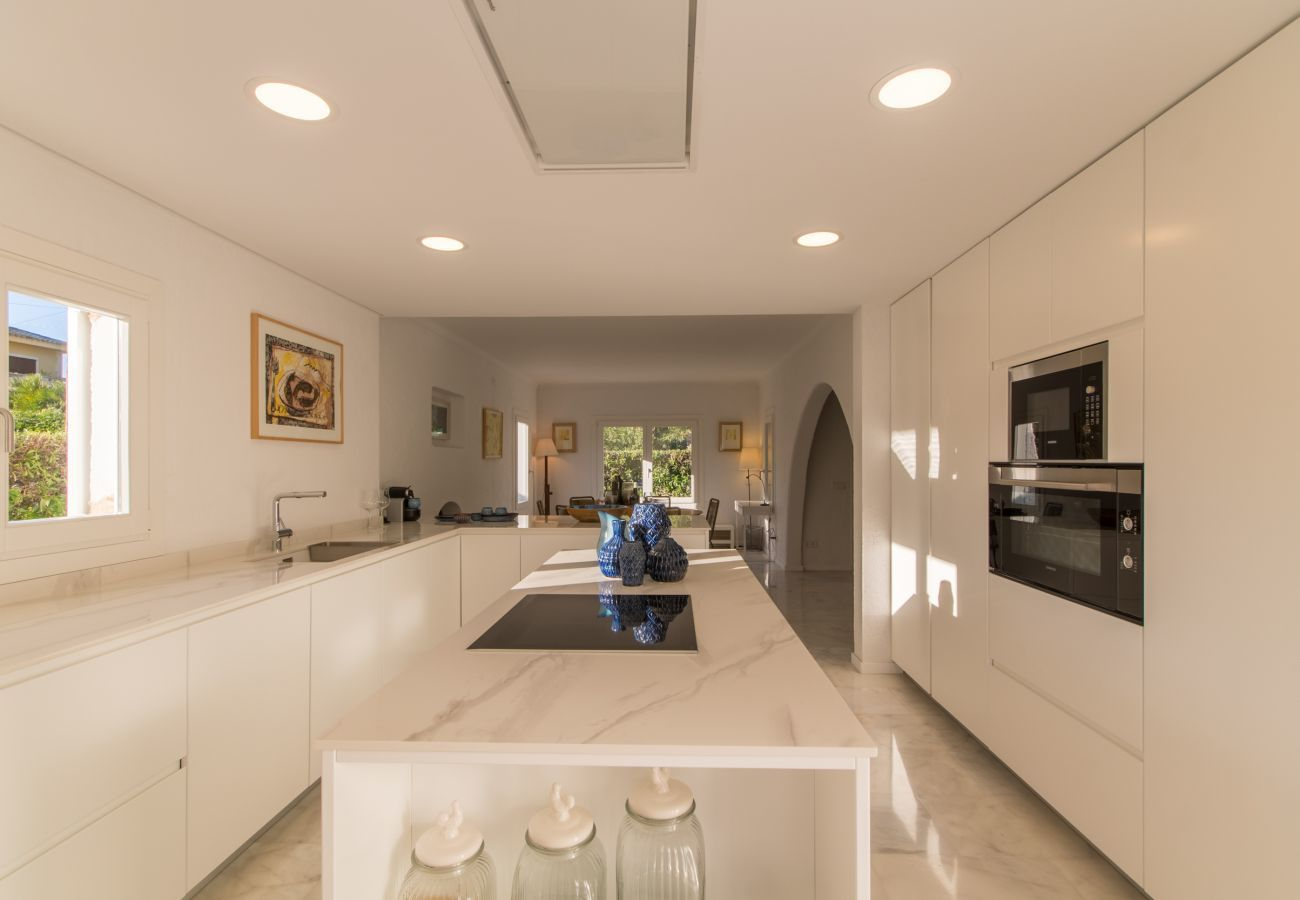 4 habitaciones dobles, 3 baños, baños al aire libre, AC, Internet Wifi gratuito, gran jardín con gran barbacoa y terraza.