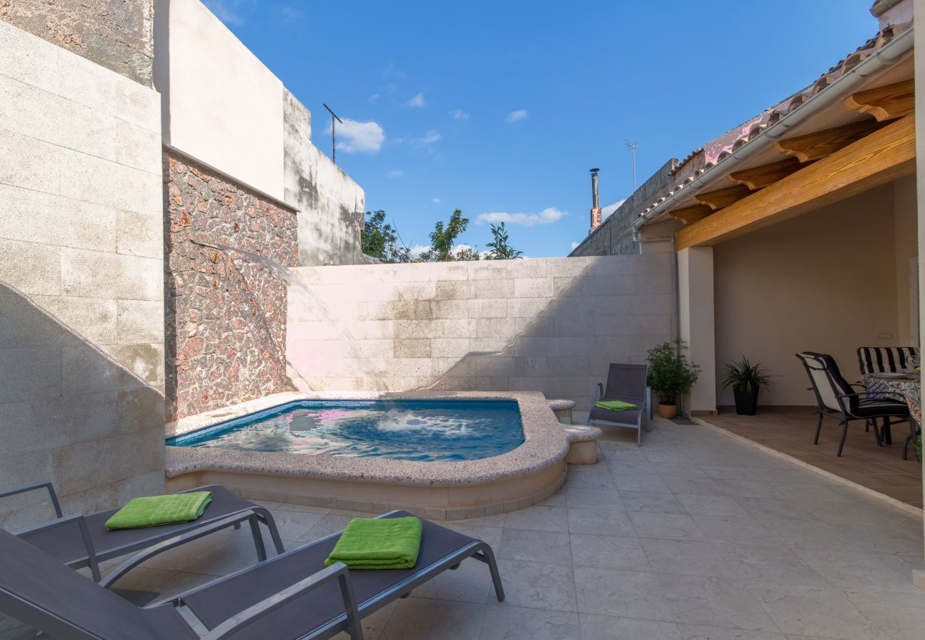 3 Dormitorios dobles, 3 baños, aire acondicionado, wifi gratuito, terraza con piscina, zona de barbacoa y ducha exterior
