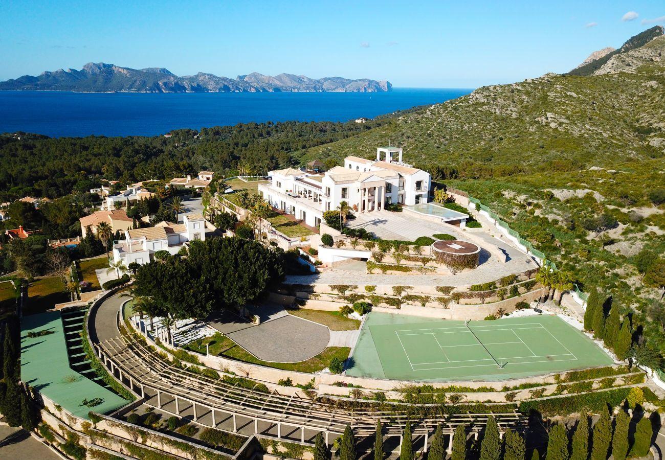 8hab. dobles, 1 Suite, 12 baños, Fitness, piscina climatizada y al aire libre, pista de tenis, bodega, jardín y helipuerto