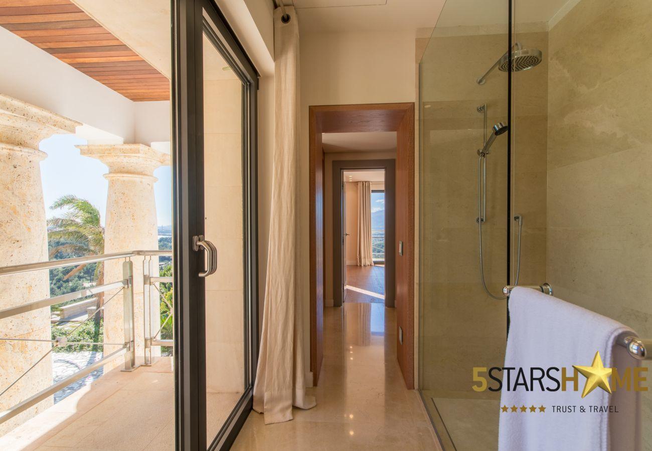 8hab. dobles, 1 Suite, 12 baños, Fitness, piscina climatizada y al aire libre, pista de tenis, bodega, jardín y helipuerto.