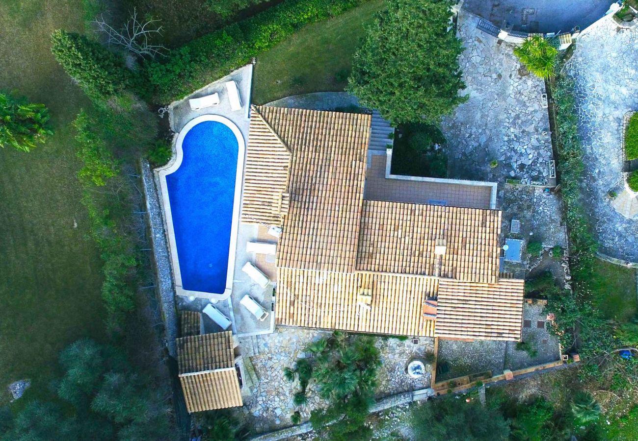 3 habitaciones dobles, 3 baños, aire acondicionado, WIFi gratuito, piscina, jardín e increíbles vistas al mar y a la montaña.