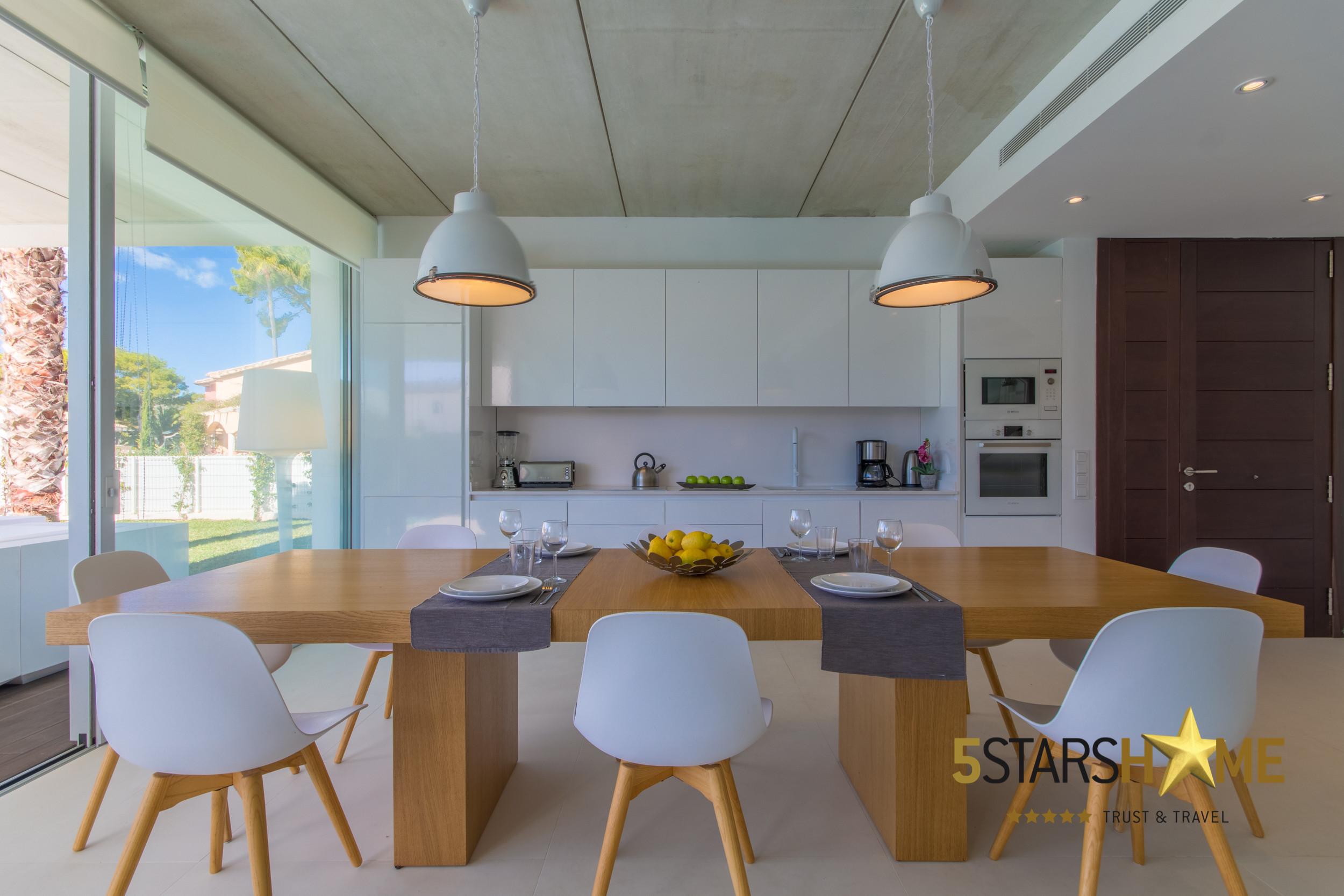 791062d19 Cocina abierta, totalmente equipada y larga mesa de comedor ...