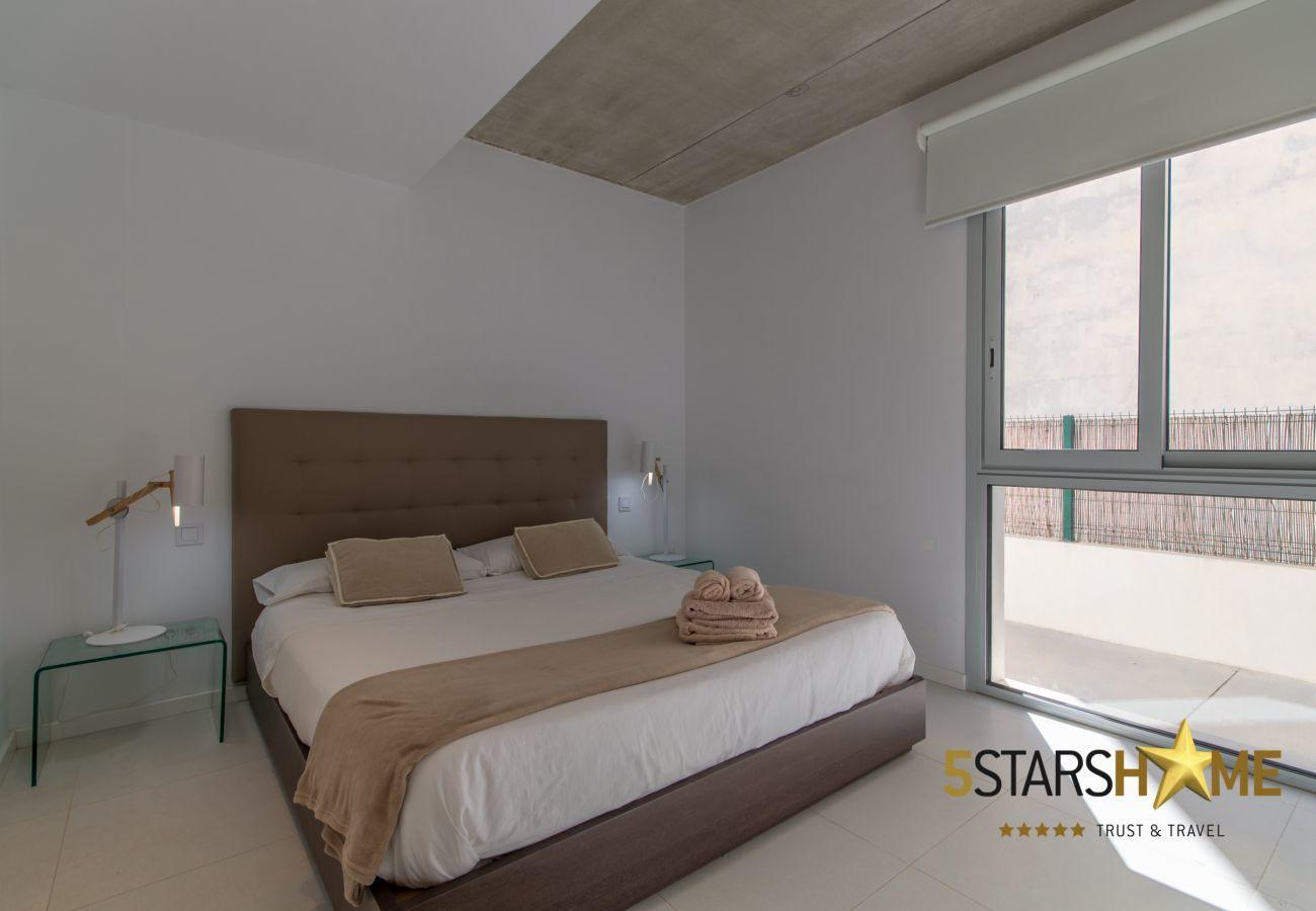 5 dormitorios dobles, 4 baños, jardín, piscina, terraza, barbacoa, WIFI, calefacción central, AC, tv satelite