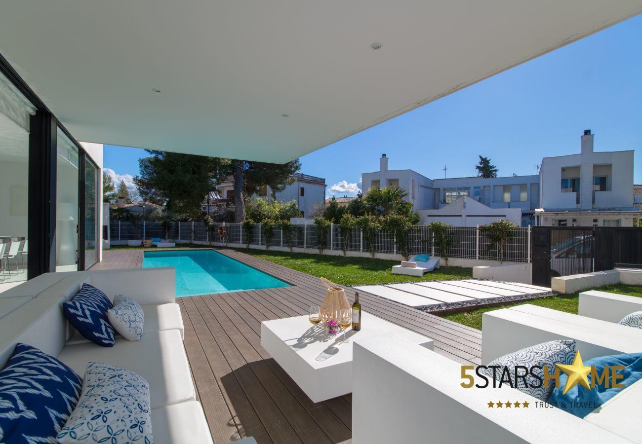 4 dormitorios dobles, 3 baños, jardín con piscina, barbacoa, WIFI gratuito, aire acondicionado y calefacción central.
