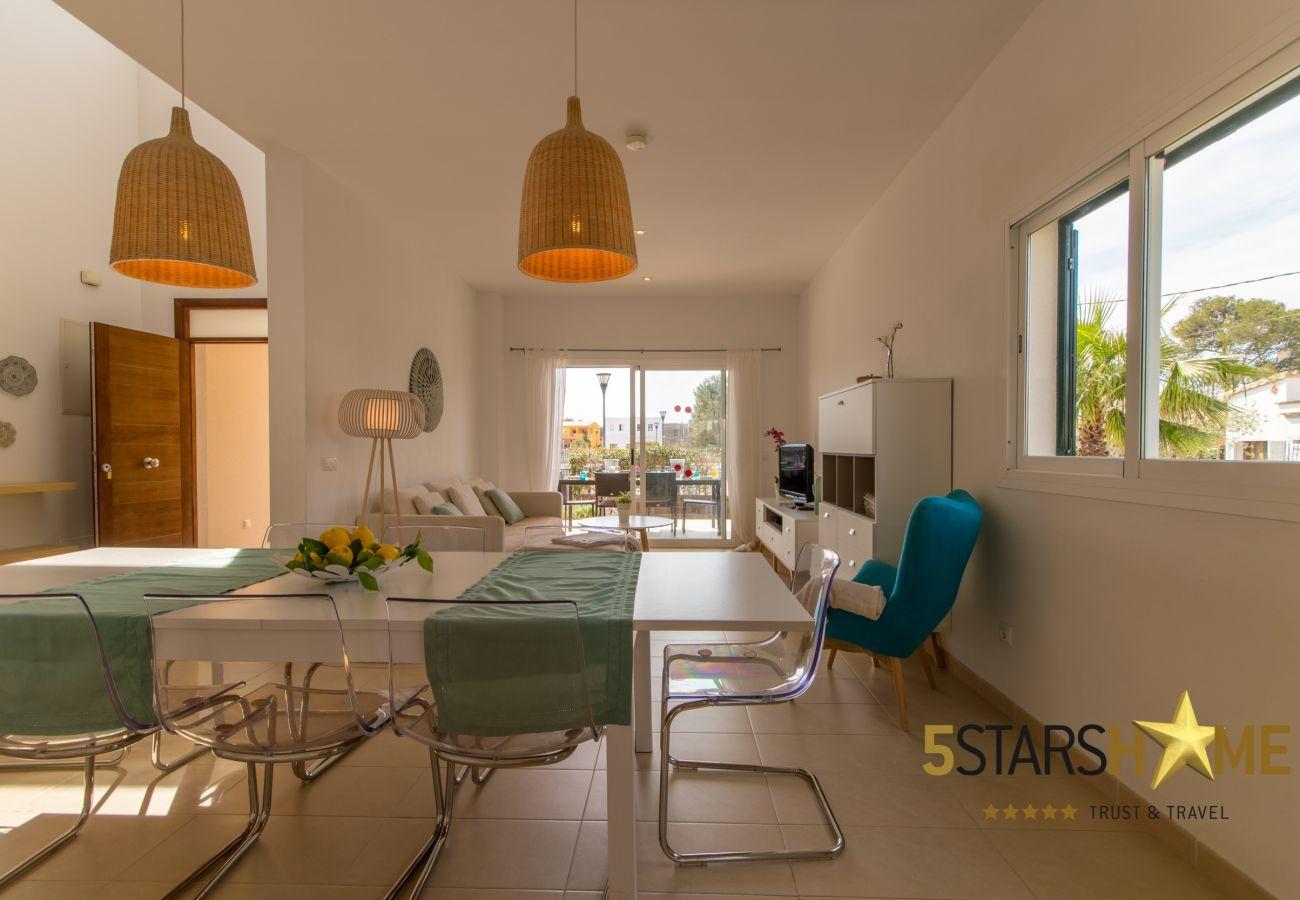 4 dormitorios dobles, 4 baños,  jardín, piscina, BBQ, caja fuerte, WIFI, calefacción, parking aire libre, tv satelite.