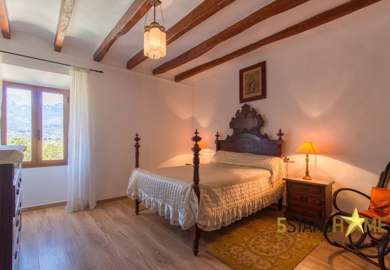 2 amplios dormitorios, 2 baños, 1 cama doble adicional, Wifi gratuito en todo el alojamiento, Terraza con barbacoa.