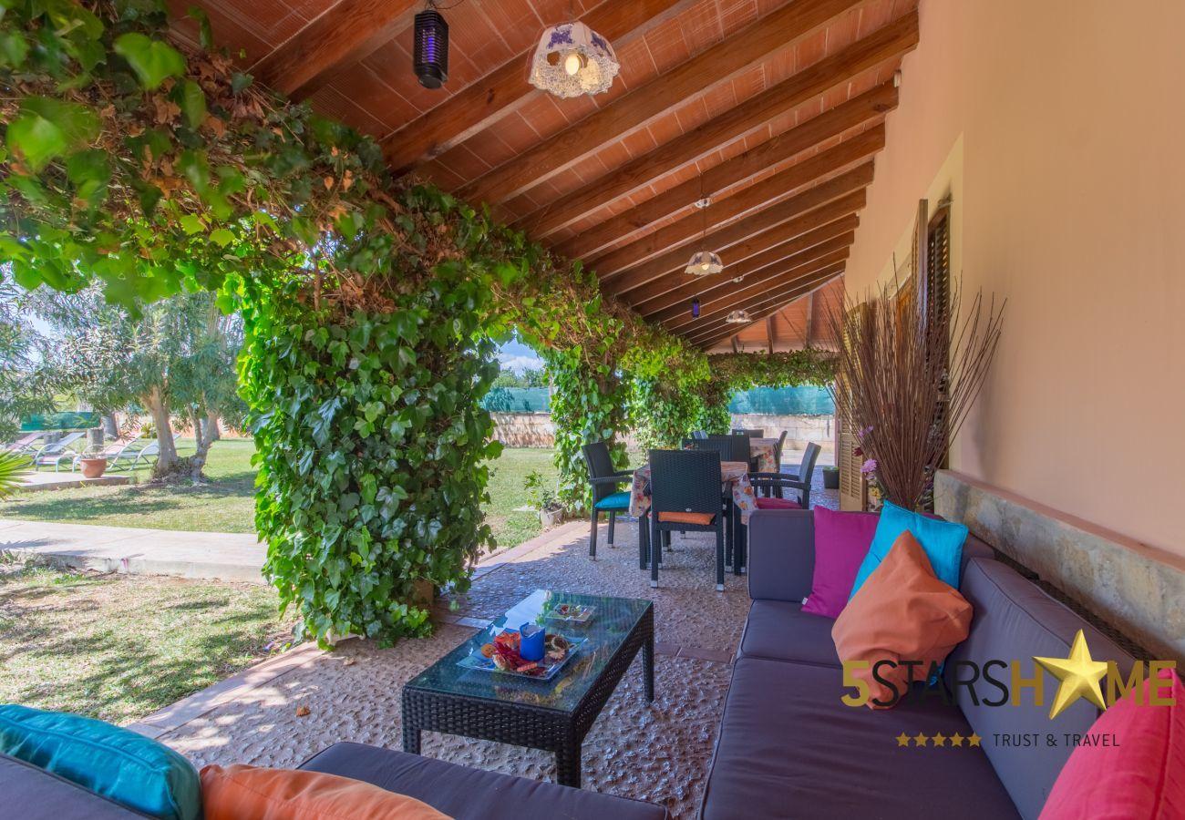 4 dormitorios dobles, 3 baños, WIFI, jardín, piscina, barbacoa, zona infantil, calefacción central, AC en los dormitorios.