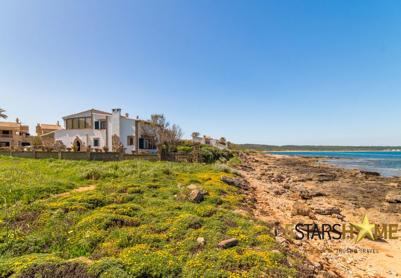 3 habitaciones dobles, 2 baños, AC (frío / calor), TV satélite, wifi gratuito, terrazas y jardín, vistas inolvidables al mar
