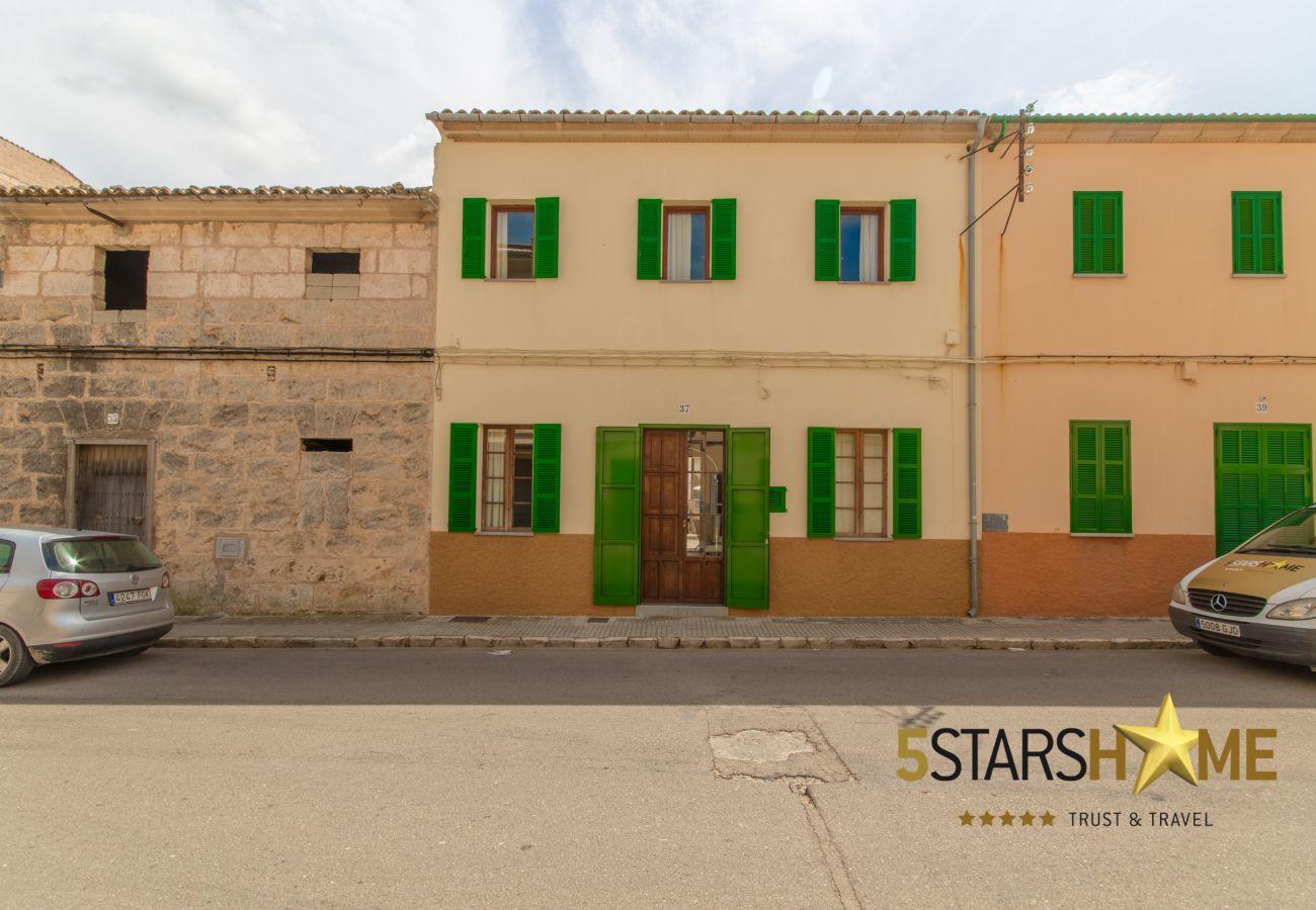 4 dormitorios dobles, 2 plazas adicionales para dormir, 3 baños (2 ensuite), AC, Wifi, Piscina, patio con BBQ y chill-outc