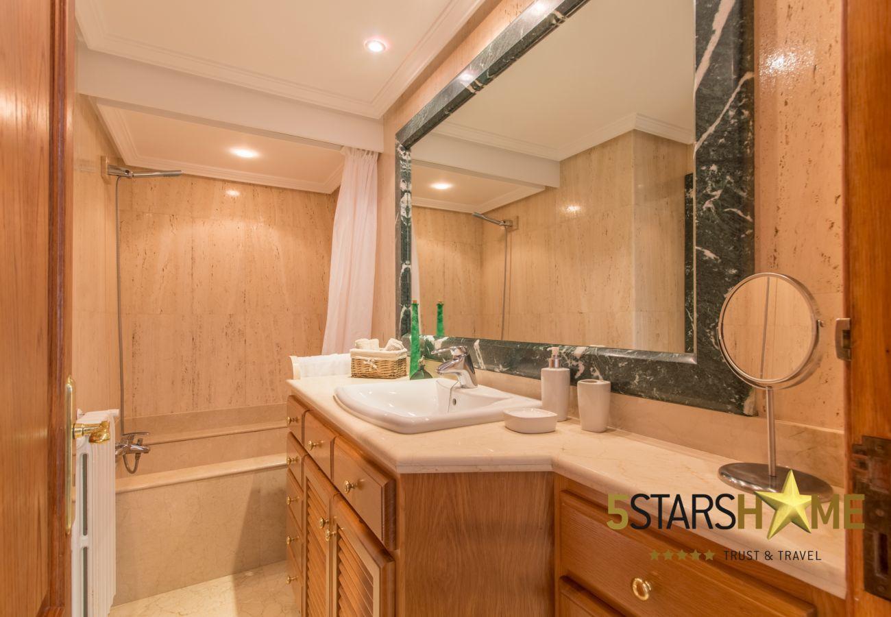 4 dormitorios dobles, 3 baños, Wifi gratuito, Aire Acondicionado, gran Piscina y zona de jardín muy amplia.
