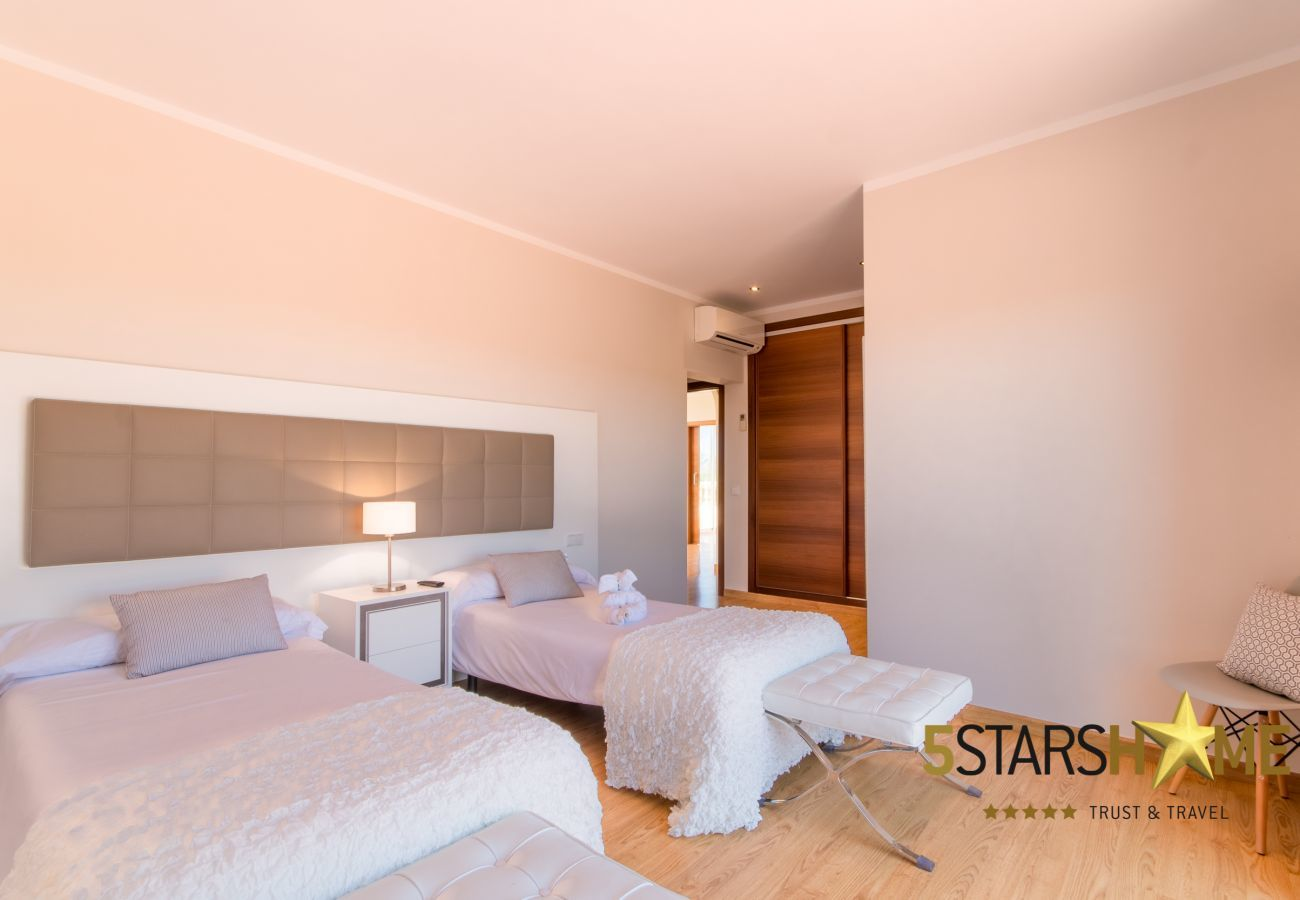 6 hab. dobles, 6 baños en suite, 1 b. adicional, AC, Wifi gratis, equipo de música, jardín, piscina, BBQ y zonas de relax.
