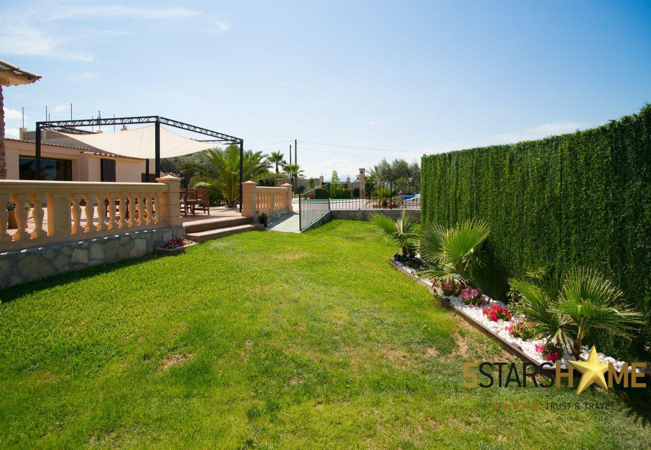 4 dormitorios dobles, 2 baños, jardín, piscina, barbacoa, acceso internet (wifi), aire acondicionado, tv satelite.